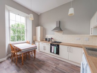Spacious & Bright City Central Flat- sleeps 8 or 9, Edimburgo