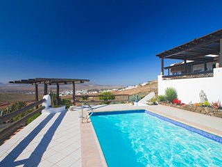 Villa Viha large luxury villa with pool in Nazaret, Teguise