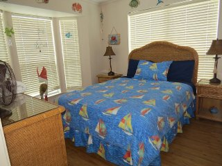 Beachfront condo 2 pools (1 heated) sleeps 9, Galveston