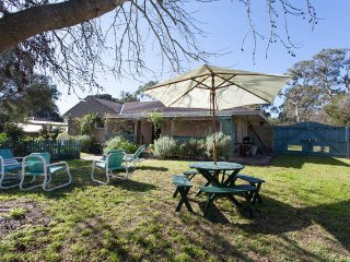 FAMILY HOUSE ROSEBUD NEAR ALL ACTIVITIES SURROUNDED BY HUGE GARDENS & BIRDS