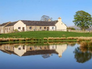 THE GRANARY, terraced ground floor, pet-friendly, enclosed garden, nr Sanquhar