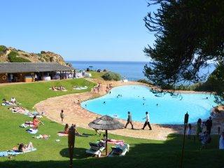 A pé da praia nesta incrível resort em Alvor