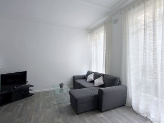 Romantic One Bedroom Apartment Near Champs Elysees