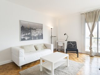 Spacious 2-BR Apt with Balcony, Saint-Mande