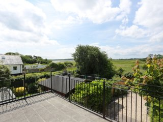 BOURNECOAST: PET FRIENDLY PROPERTY - VIEWS OF CHRISTCHURCH HARBOUR - HB5901