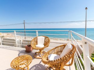 Archimede, beachfront apartment with view