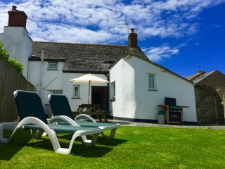 Honeysuckle Cornish Cottage, sleeping 4 with woodburner & private garden, Marhamchurch