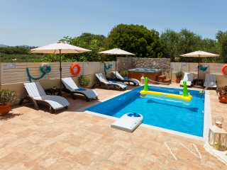 Fiorentinos Villa with Private Pool and Guesthouse, Tragaki