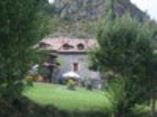 Casa Rural aislada del s.XV. Habitaciones y apart., Laspaules