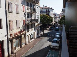 CENTRE ST JEAN DE LUZ, PLAGE A PIED, WIFI + BALCON