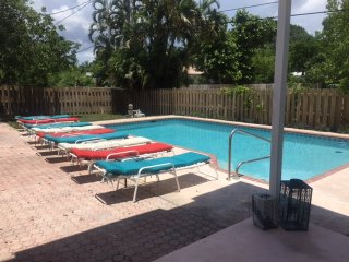 6/4 Salty Bungalow with heated pool off Bayview, Fort Lauderdale