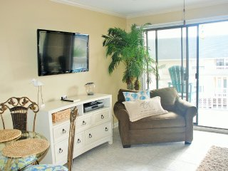 Beautifully Decorated Unit 1 Bedroom, 1 Bath Condo
