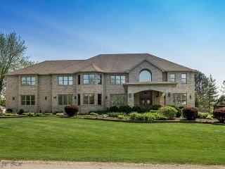 Fantastic Huge Home, Heated Pool 8 bedrooms & MORE, Bloomingdale