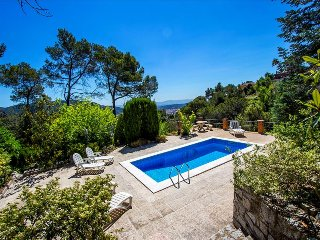 Cova del Drac villa for 10 guests nestled next to lush forests of a natural park, Castellar del Vallès
