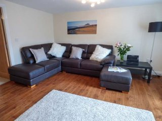 QUEEN VICTORIA SUITE, first floor apartment, en-suite, WiFi, shared patio area,
