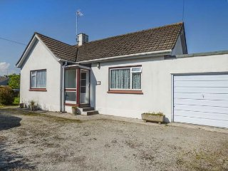 40 EAST CLIFF ROAD, bungalow, close to village amenities, enclosed garden, pet-friendly in Par, Ref 929382