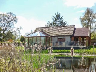 DRAGONFLY LODGE, ground floor lodge, pet-friendly, enclosed decking, sun room, nr Dereham, Ref 932371