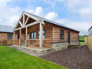 WANSBECK detached chalet, private veranda, WiFi, pet-friendly, in Longframlington Ref 934221