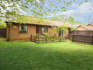 HAVEN FARM COTTAGE, single-storey, detached cottage, pet-friendly, enclosed garden, in Coney Weston, Thetford, Ref 937032