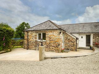 SHEPHERDS REST, barn conversion, pet-friendly, private, enclosed garden, WiFi, B