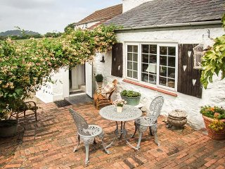 LITTLE MARSTOW FARM COTTAGE charming semi-detached cottage, romantic, courtyard garden, close to river, Ruardean Ref 939688