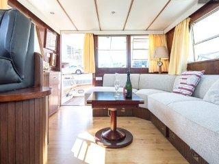 Cozy Wood Yacht, Barcelona