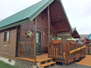 Log Cabin Near Beach, Hot Tub, Fireplace, WiFi