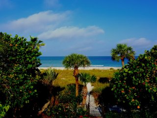 LIFE'S A BEACH IN PASS-A-GRILLE 2ND STORY APT WIFI, Saint Pete Beach