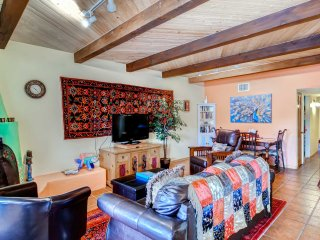 'Casa de la Rosa' - 2BR Santa Fe Condo w/ Large Balcony Offering Beautiful Mountain Views, Santa Fé