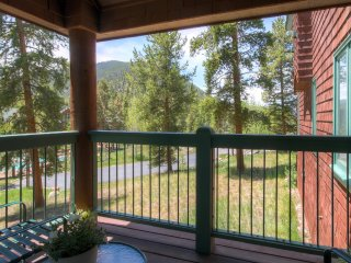 Picturesque 1BR Keystone Townhouse w/Wifi, Community Pool & Stunning Mountain Views - Easy Access to Keystone Mountain & Lake!