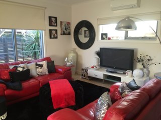 *Hollywood Themed Apartment* 80m To Whites Beach, Torquay