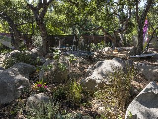 Beautiful home with amazing outdoor space, firepit, short walk to Mission and rose gardens - Rocky Nook Escape