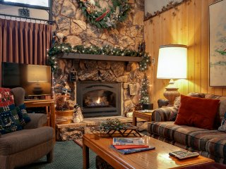5* RATED TOWNHOUSE - WALK TO SNOW SUMMIT SKI LIFTS