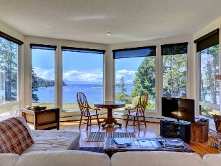 Pacific Coast Beach House - Oceanfront 3 Bedroom home with Stunning Views, Sooke