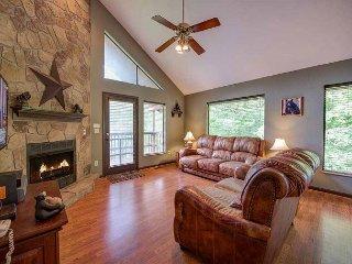 Honey Bear Hideaway,  2 Bedrooms, Hot Tub, View, Pool Access, Sleeps 6, Gatlinburg