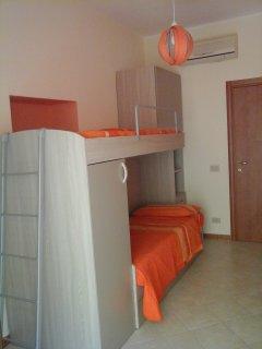 camera doppia, climatizzata, balcone, vetricamera, armadio con cassettiera