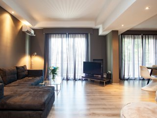 Large apt., 2 bedrooms, great location, Atenas