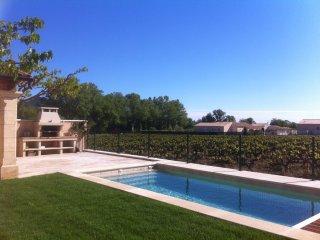 Villa récente au coeur d'un village provençal