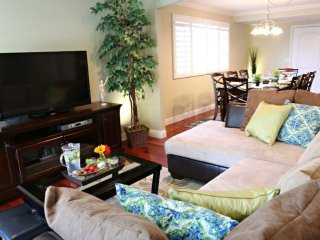 LOVELY AND VIBRANT FURNISHED 5 BEDROOM, 3 BATHROOM HOME, Anaheim