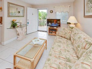 Waves 16 - 2nd Floor Condo overlooking Courtyard/Pool!  BBQ, Free Wifi w W/D!, St. Pete Beach