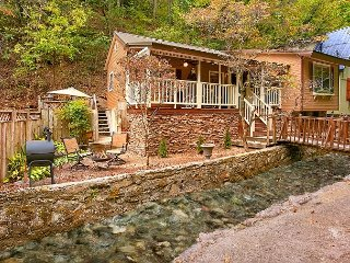 Cozy 2 Bedroom Creekside Chalet - Walk To Downtown - Outdoor Fire pit, Gatlinburg