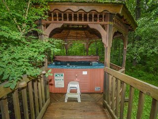 5 Bedroom Immaculate Chalet with Dock Slip and Community Indoor Pool, Oakland