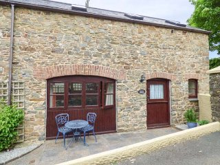 THE WAGON HOUSE, pet-friendly, patio, shared garden, in Polyphant, Launceston