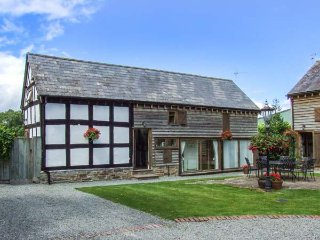 STABLE END, family friendly, character holiday cottage, with a garden in Luntley