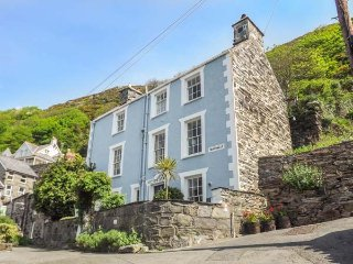 TAN YR ALLT, family-friendly, over four floors, close to beach in Barmouth Ref