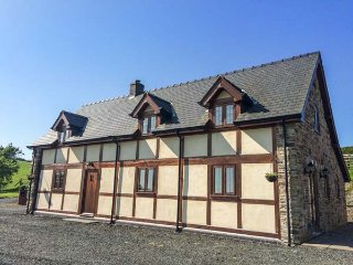 THE OLD HOUSE, cottage with country views, woodburner, WiFi, Llanidloes Ref