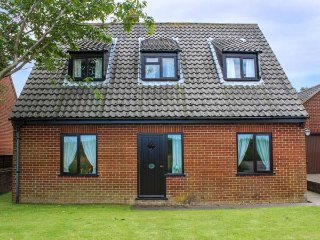 LAUREL, pet-friendly cottage, country views, garden, close Cromer, Southrepps Ref 924948