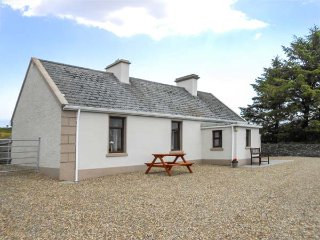 DAN'S COTTAGE, tradtional cottage, solid fuel stove, pet-friendly, close to Inagh and Lahinch, Ref 925062