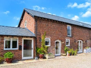 OAKLEIGH FARM, barn conversion, hot tub, pet-friendly, WiFi nr Ellesmere, Ref 92