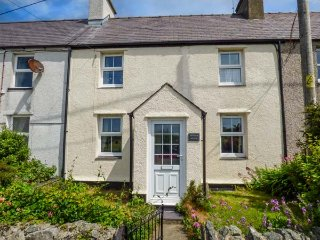 BWTHYN MEGAN, stone cottage, woodburner, hot tub, private garden, WiFi, Llangaffo, Newborough, Ref 934156